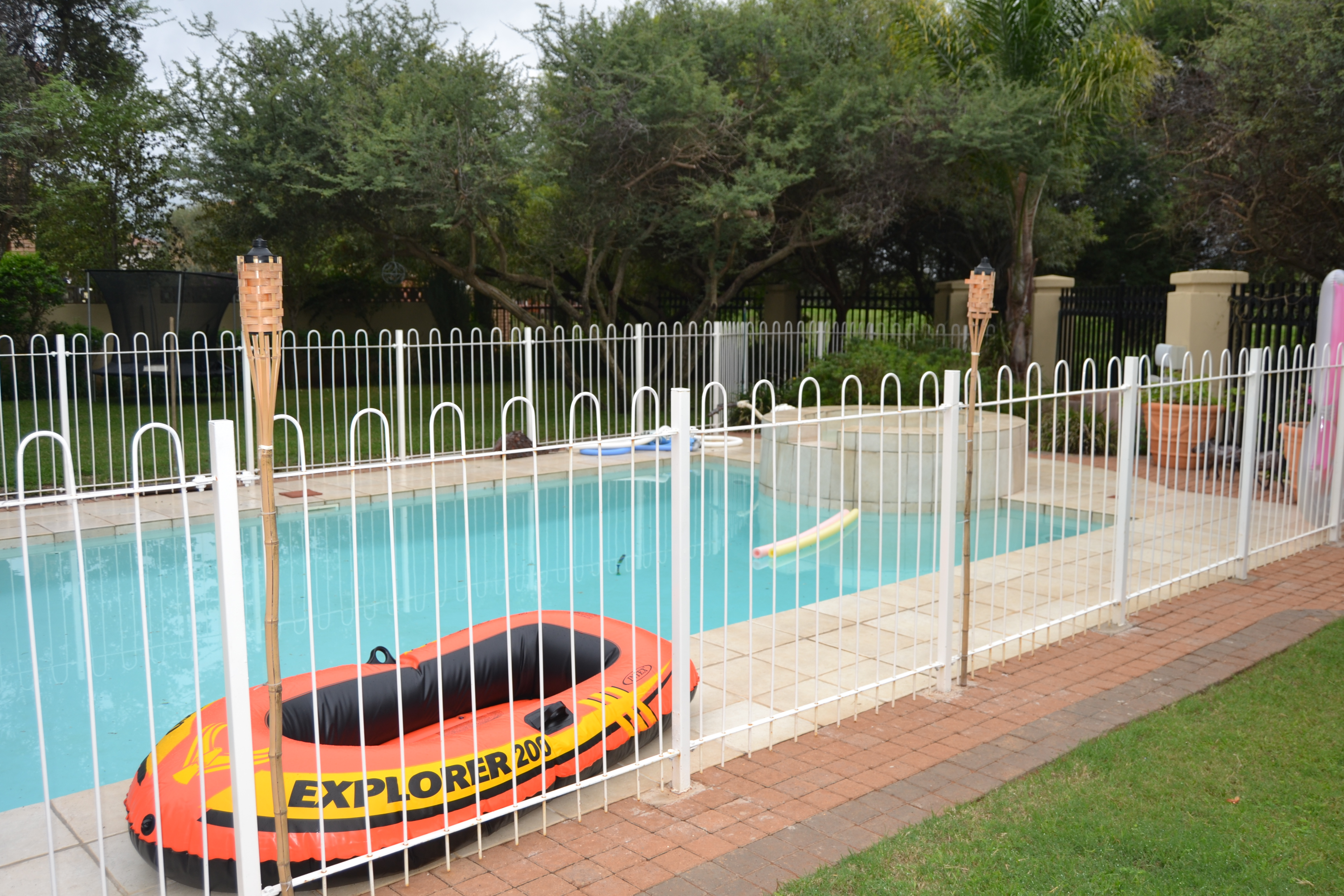Swimming pool fencing manase